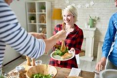 Amigos felizes que têm o jantar junto fotografia de stock royalty free