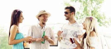 Amigos felizes que têm um partido fora Feriado, partido, tempo livre foto de stock royalty free