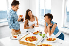 Amigos felizes que têm a casa do partido de jantar Comendo o alimento, amizade Foto de Stock Royalty Free
