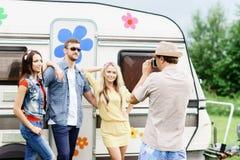 Amigos felizes que tomam imagens de se em uma viagem por estrada Fotos de Stock Royalty Free
