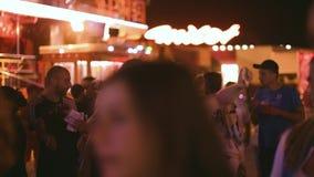 Amigos felizes que tomam o selfie na cidade da noite do parque de diversões vídeos de arquivo