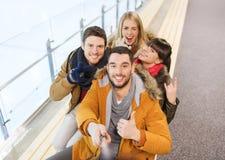 Amigos felizes que tomam o selfie na pista de patinagem fotos de stock royalty free