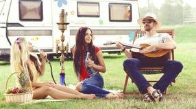 Amigos felizes, sorrindo que têm um piquenique fora verão, viagem, h foto de stock royalty free