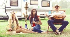 Amigos felizes, sorrindo que têm um piquenique fora verão, viagem, h fotos de stock royalty free