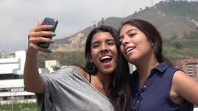 Amigos femeninos adolescentes que toman un Selfie Imagen de archivo libre de regalías