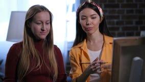 Amigos femeninos alegres que hablan de la nueva lona almacen de metraje de vídeo
