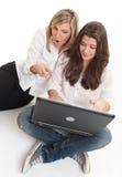 Amigos femeninos con el ordenador portátil Imágenes de archivo libres de regalías