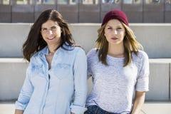 Amigos femeninos confiados en la playa imagenes de archivo