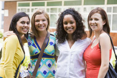 Amigos femeninos de la universidad en campus Imágenes de archivo libres de regalías