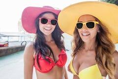 Amigos femeninos el vacaciones Imágenes de archivo libres de regalías