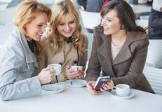 Amigos femeninos en el tiempo del cofee Imagen de archivo libre de regalías