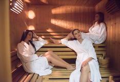 Amigos femeninos en sauna Imagenes de archivo
