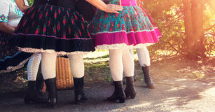 Amigos femeninos en trajes del folclore Fotografía de archivo