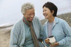 Amigos femeninos envejecidos centro alegre en la playa imagen de archivo