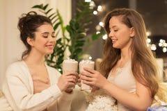 Amigos femeninos felices que beben cacao en casa Imágenes de archivo libres de regalías