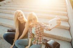 Amigos femeninos felices que toman el selfie en la calle Fotografía de archivo libre de regalías