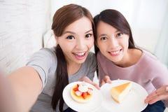 Amigos femeninos jovenes felices Foto de archivo libre de regalías
