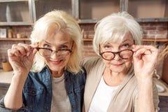 Amigos femeninos maduros observando algo interesante Imagenes de archivo