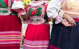 Amigos femeninos mayores anónimos en trajes del folclore Imagen de archivo
