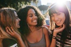 Amigos femeninos multirraciales que disfrutan de un día alrededor de la ciudad fotografía de archivo