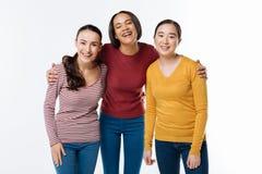 Amigos femeninos positivos que se unen Imagen de archivo libre de regalías