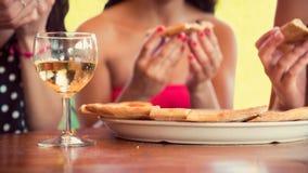 Amigos femeninos que comparten una pizza Fotos de archivo libres de regalías
