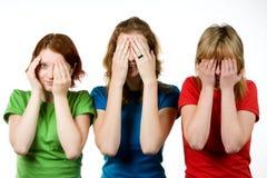 Amigos femeninos que cubren ojos Fotografía de archivo