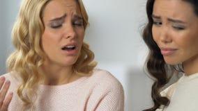 Amigos femeninos que discuten problemas, empathizing y apoyándose almacen de metraje de vídeo