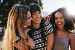 Amigos femeninos que gozan al aire libre en la ciudad imagen de archivo libre de regalías