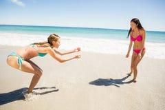 Amigos femeninos que juegan en la playa Fotos de archivo libres de regalías