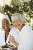 Amigos femeninos que tienen comida sana fotografía de archivo libre de regalías
