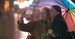 Amigos femeninos que toman Selfie en Smartphone metrajes