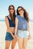 Amigos fêmeas engraçados no becha Fotos de Stock
