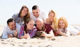 Amigos fotografiados en la playa Fotos de archivo
