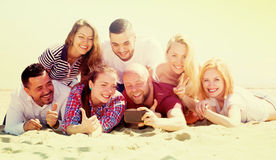 Amigos fotografiados en la playa Imagen de archivo libre de regalías