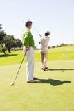 Amigos Golfing que juntan con te apagado Fotos de archivo libres de regalías