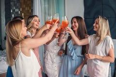 Amigos hermosos de las mujeres que se divierten en el partido de la soltera fotografía de archivo