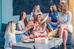 Amigos hermosos de las mujeres que se divierten en el partido de la soltera fotografía de archivo libre de regalías