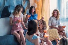 Amigos hermosos de las mujeres que se divierten en el partido de la soltera imagen de archivo libre de regalías