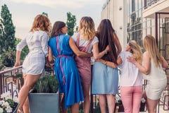 Amigos hermosos de las mujeres que se divierten en el partido de la soltera foto de archivo