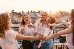 Amigos hermosos de las mujeres que se divierten en el partido de la soltera fotos de archivo libres de regalías
