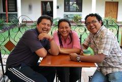 Amigos hispánicos que ríen junto Fotos de archivo