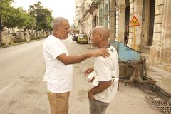 AMIGOS IDOSOS DA CENA DOIS DA RUA DE CUBA HAVANA Fotografia de Stock Royalty Free