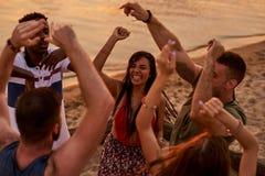 Amigos inter-raciais que dançam na êxtase fora imagens de stock royalty free