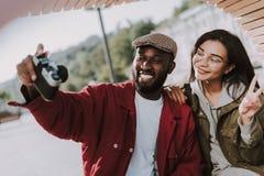Amigos internacionais novos alegres que fazem fotos junto imagem de stock royalty free