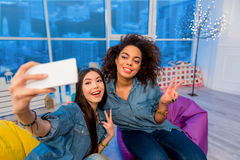 Amigos jovenes alegres que crean el selfie Foto de archivo libre de regalías