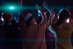 Amigos jovenes asiáticos del grupo que bailan junto el partido con el ligh del disco Foto de archivo libre de regalías