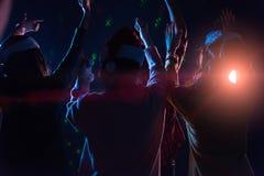 Amigos jovenes asiáticos del grupo que bailan junto el partido con el ligh del disco Fotografía de archivo libre de regalías