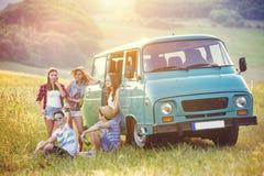 Amigos jovenes del inconformista en viaje por carretera Imagen de archivo