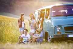Amigos jovenes del inconformista en viaje por carretera Foto de archivo libre de regalías